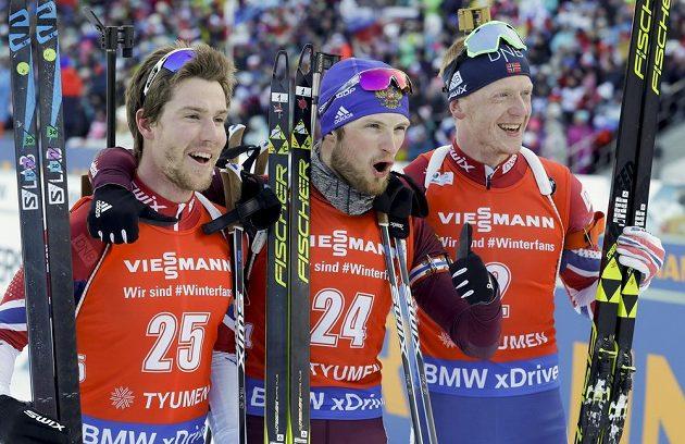 Rus Maxim Cvetkov (uprostřed) vyhrál závod s hromadným startem v Ťumeni. Po závodě pózoval po boku Norů, vlevo druhý Erlend Bjöntegaard, vpravo třetí Johannes Thingnes Bö.