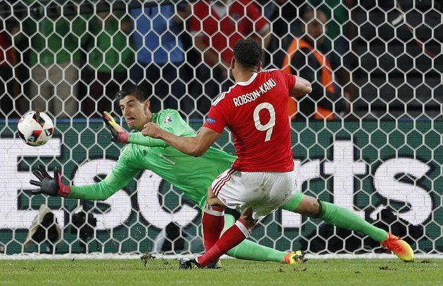 Hal Robson-Kanu střílí druhý gól velšského týmu ve čtvrtfinálové partii s Belgií.