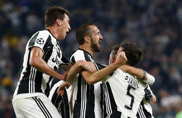 Giorgio Chiellini slaví. Po jeho gólu ve čtvrtfinále Ligy mistrů vedl Juventus nad Barcelonou 3:0.
