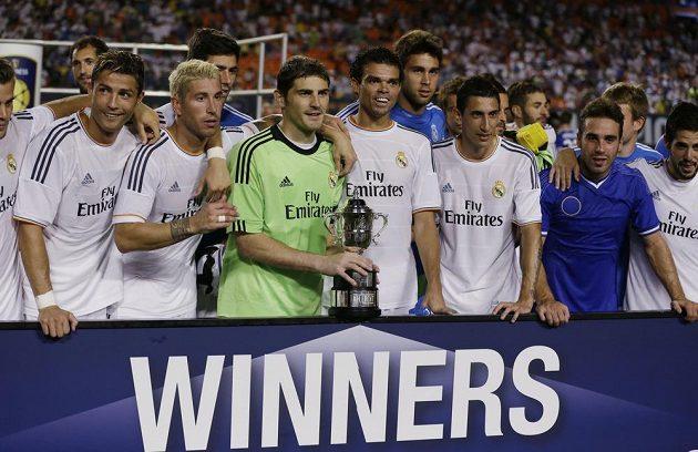 Real Madrid vyhrál turnaj International Champions Cup. V zeleném dresu brankář Iker Casillas s trofejí.