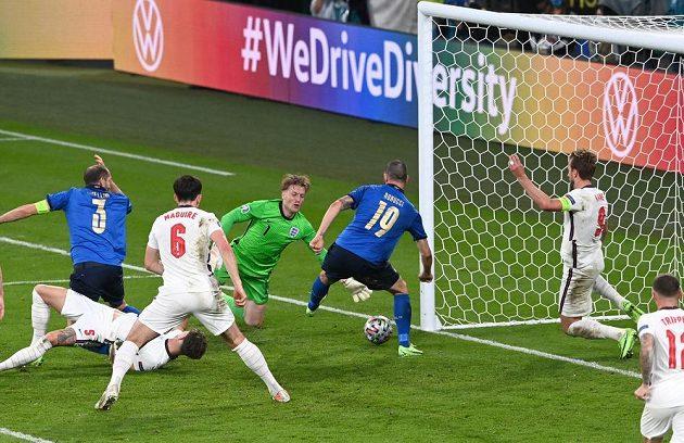 Vyrovnáno 1:1. Ital Leonardo Bonucci (19) zblízka posílá míč do anglické brány.