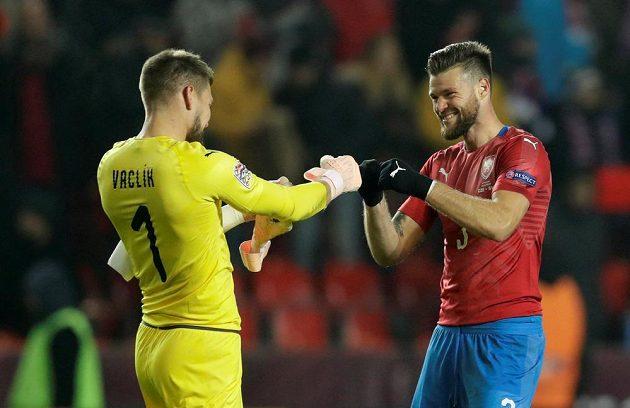 Radost brankáře Tomáše Vaclíka a Ondřeje Čelůstky po vítězném utkání se Slovenskem.