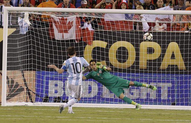 Nepřesný Argentinec Lionel Messi (10) a chilský gólman Claudio Bravo (1) ve finále.
