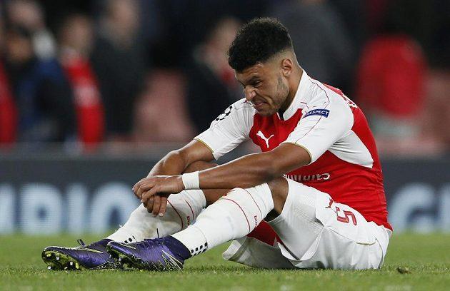 Zklamaný Alex Oxlade Chamberlain - jeho Arsenal nemá po dvou zápasech v Lize mistrů ani bod.