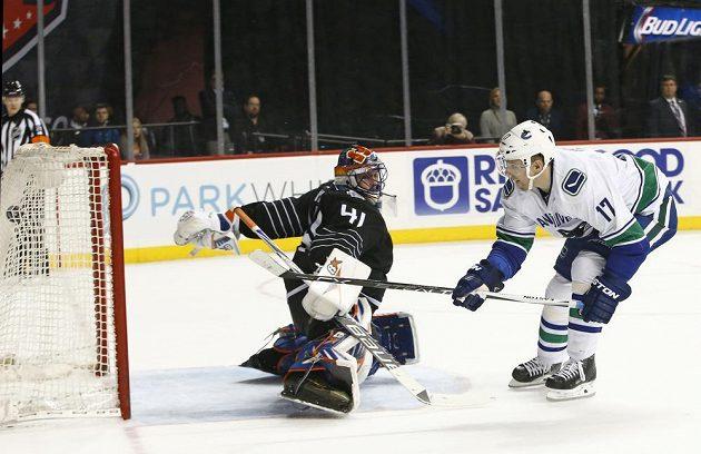 Radim Vrbata překonává slovenského brankáře Jaroslava Haláka a střílí vítězný gól Vancouveru v duelu s New York Islanders.