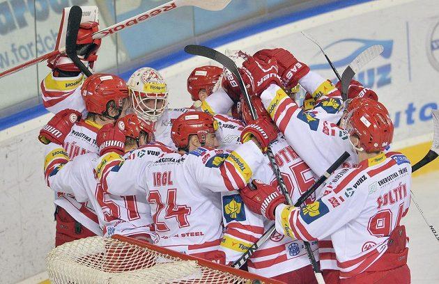 Hokejisté Třince se radují z postupu do finále.