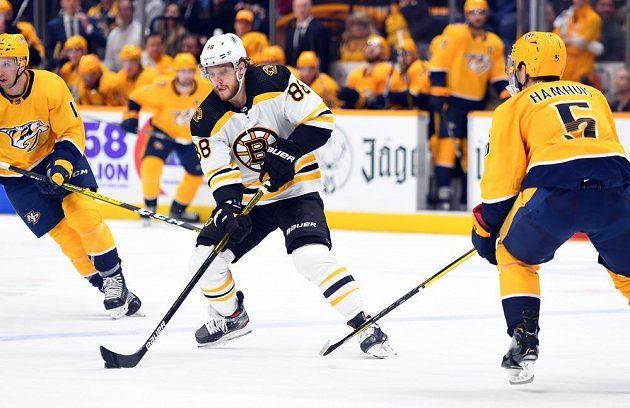 Český útočník Bostonu David Pastrňák v akci během utkání NHL.
