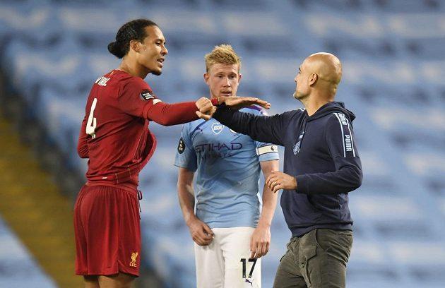 Manažer Manchesteru City Pep Guardiola (vpravo) se zdraví s hráčem Liverpoolu Virgilem van Dijkem.