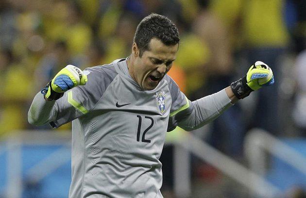 Brazilský brankář Júlio César se raduje ze vstřelení třetího gólu do sítě Chorvatska, který zaznamenal Oscar (není na snímku).