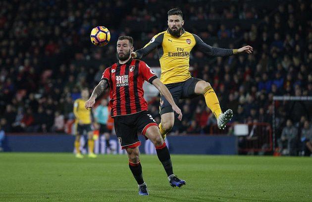 Kanonýr Arsenalu Olivier Giroud (vpravo) v souboji se Stevem Cookem z Bournemouthu.