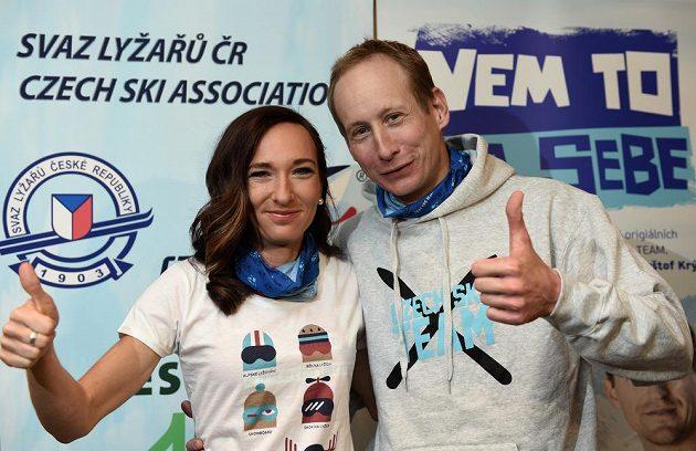 Běžci na lyžích Eva Vrabcová Nývltová a Lukáš Bauer během tiskové konerence v Praze.