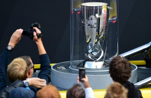 Slavnostní zahájení prvního ročníku tenisového Laver Cupu na Staroměstském náměstí v Praze za účasti členů týmu Evropy a výběru světa i tenisové legendy Roda Lavera. Na snímku je turnajová trofej.