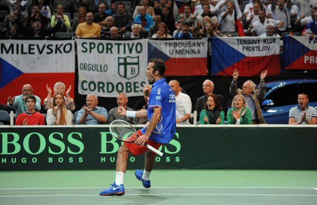 Tenista Radek Štěpánek se hecuje během zápasu s Argentincem Juanem Mónakem.