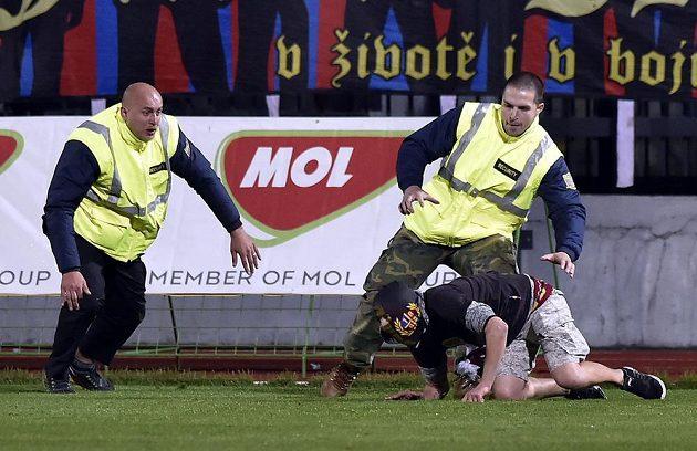 Jeden z fanoušků Sparty Praha vběhl během zápasu 3. kola MOL Cupu ve Znojmě na hřiště. Zasahovat museli pořadatelé.