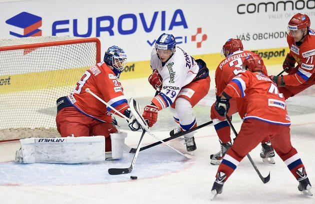 Český útočník Tomáš Zohorna (druhý zprava) se snaží překonat ruského brankáře Alexandra Šaryčenkova.