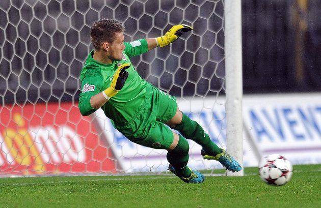 Brankář Sparty Tomáš Vaclík chytá penaltu v utkání se Znojmem.