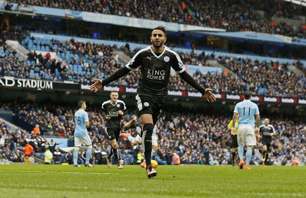 Alžírský útočník Rijád Mahríz oslavuje gól do sítě Manchesteru City.