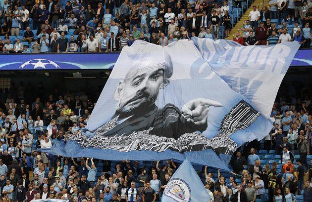 Fanoušci Manchesteru City drží transparent s podobiznou kouče Pepa Guardioly během odvety play off Ligy mistrů.