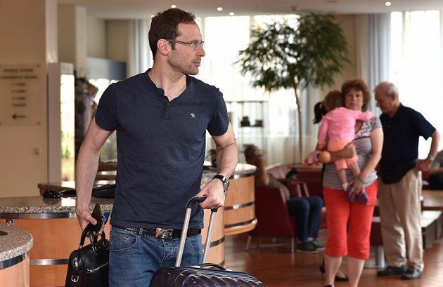 Brankář Petr Čech přichází na sraz české fotbalové reprezentace před utkáním s Islandem.
