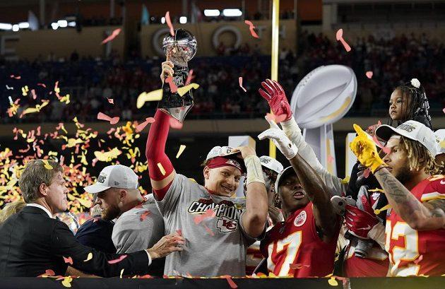 Hráči Kansas City Chiefs Patrick Mahomes s trofejí po triumfu v Super Bowlu.