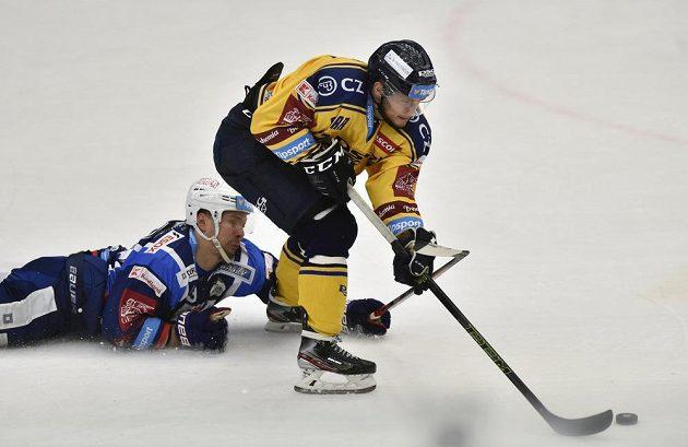 Zleva Ondřej Němec z Brna a Antonín Honejsek ze Zlína v akci během utkání hokejové extraligy.