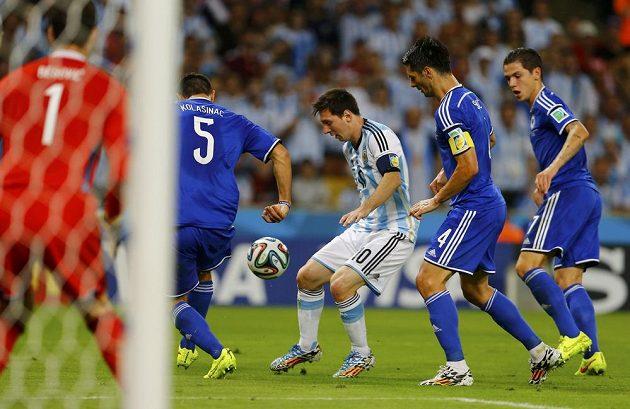 Argentinec Lionel Messi v obklíčení bosenské obrany.