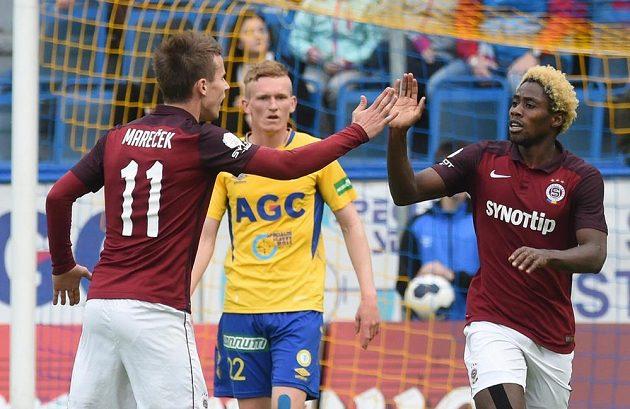 Tiémoko Konaté (vpravo) přijímá gratulaci od spoluhráče ze Sparty Lukáše Marečka k úvodnímu gólu, který vstřelil v závěru prvního poločasu.