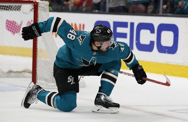 Hokejový útočník San Jose Sharks Tomáš Hertl slaví. Gólem a asistencí pomohl Žralokům k postupu přes Colorado v play off NHL.