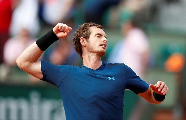 Brit Andy Murray se raduje z vítězství v prvním kole French Open.