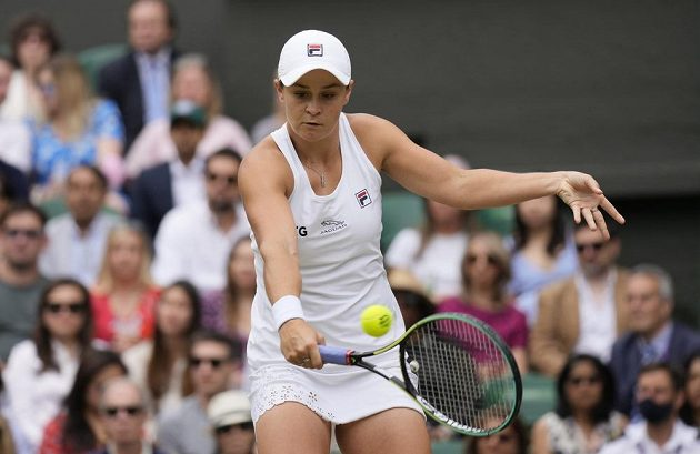 Australanka Ashleigh Bartyová v boji o postup do finále tenisového Wimbledonu.