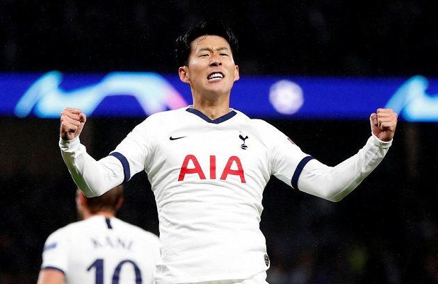 Fotbalista Tottenhamu Hotspur Son Heung-min slaví poté, co vstřelil gól do sítě Bayernu v utkání Ligy mistrů.
