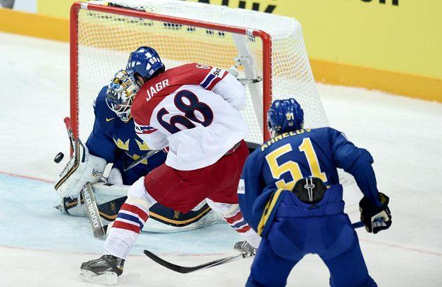 Český útočník Jaromír Jágr se pokouší překonat švédského brankáře Jhonase Enrotha během utkání hokejového mistrovství světa v Praze.