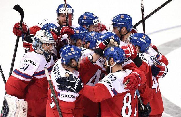 Čeští hokejisté oslavují vítězství nad Švýcary.