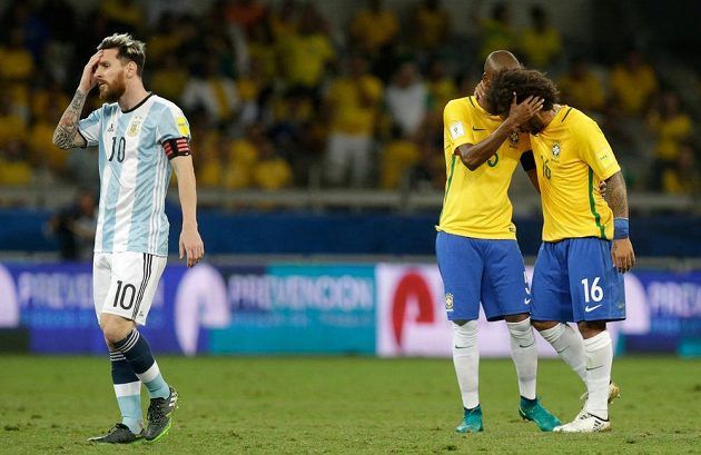 Argentinec Lionel Messi (10) a Brazilci Fernandinho s Marcelem (vpravo).