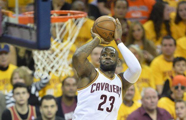 Hvězda Clevelandu Cavaliers LeBron James opět mířil přesně.
