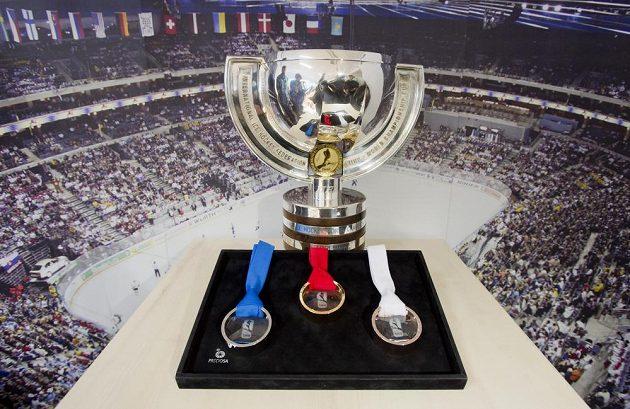 Tyto medaile a pohár čekají na nejlepší hokejové týmy na pražském MS.