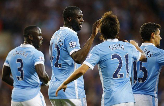 Yaya Touré (druhý zleva) oslavuje se spoluhráči z Manchesteru City gól proti WBA.