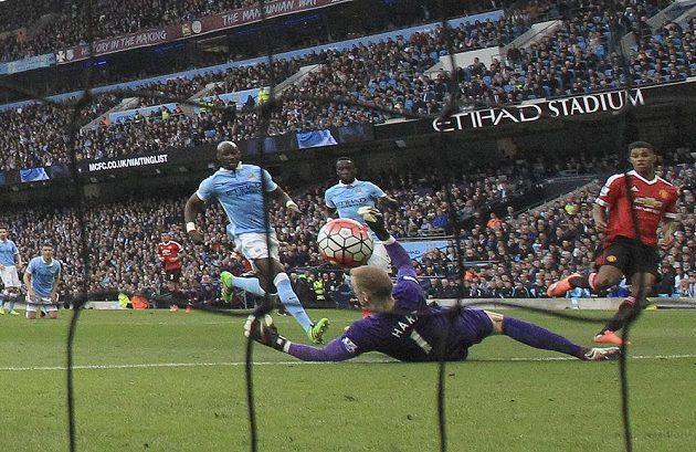 Útočník Manchesteru United Marcus Rashford (vpravo) střílí gól do sítě City v zápase 31. kola Premier League.