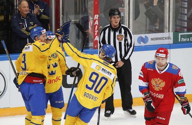 Švédský hokejový reprezentant Klas Dahlbek slaví se spoluhráči gól v síti Ruska na turnaji Channel One Cup.