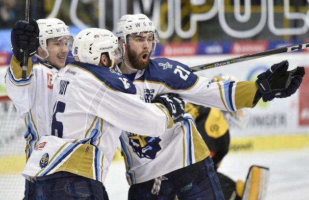 Hráči Kladna se radují z gólu na ledě Litvínova. Zleva Adam Kubík, Tomáš Kaut a David Tůma.