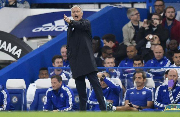 Kouč Chelsea José Mourinho udílí svým svěřencům pokyny během zápasu se Southamptonem.