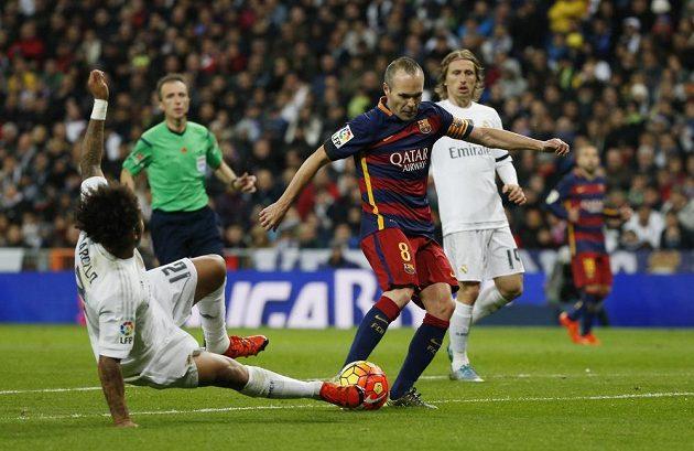 Záložník Barcelony Andrés Iniesta (č. 8) vstřelil třetí gól Barcelony na hřišti Realu Madrid.