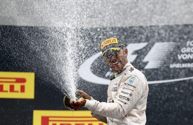 Lewis Hamilton slaví vítězství ve Velké ceně Rakouska.
