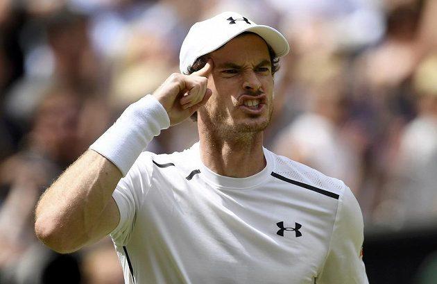 Andy Murray během prvního setu finále Wimbledonu.