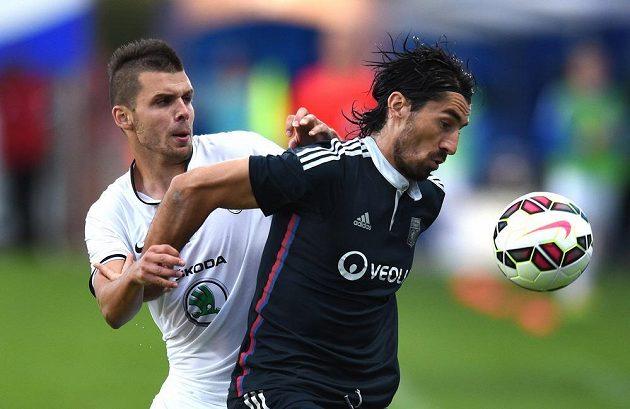 Mladoboleslavský útočník Michal Ďuriš (vlevo) a Milan Biševac z Lyonu.