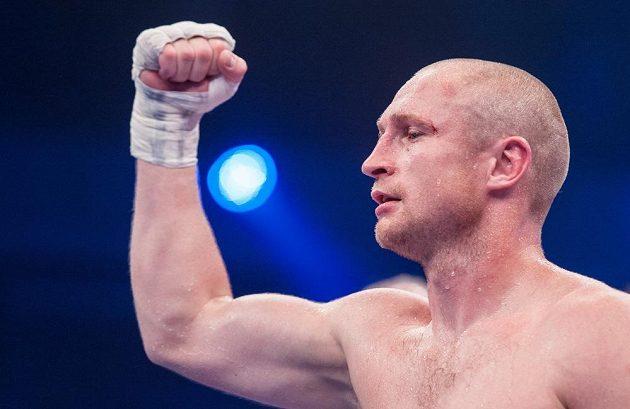 Český boxer Lukáš Konečný se raduje z vítězství nad Francouzem Moezem Fhimou.