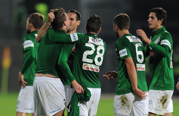 Radost jabloneckých fotbalistů po gólu Víta Beneše (druhý zleva), který znamenal výhru Baumitu nad Slavií 2:1.