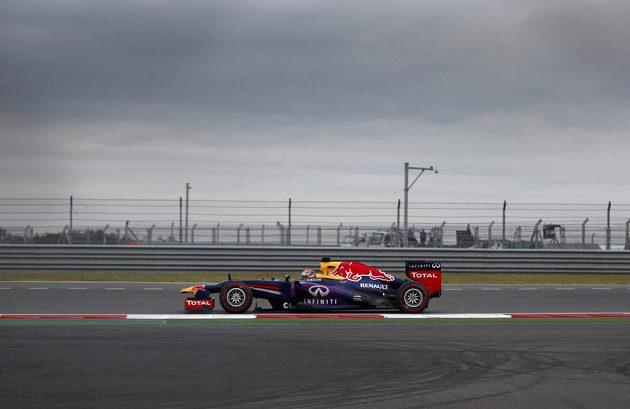 Osamocený Vettel - tradiční obrázek letošního ročníku MS formule 1.