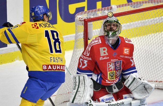 Jesper Fasth ze Švédska (vlevo) českého brankáře Alexandra Saláka nepřekonal.