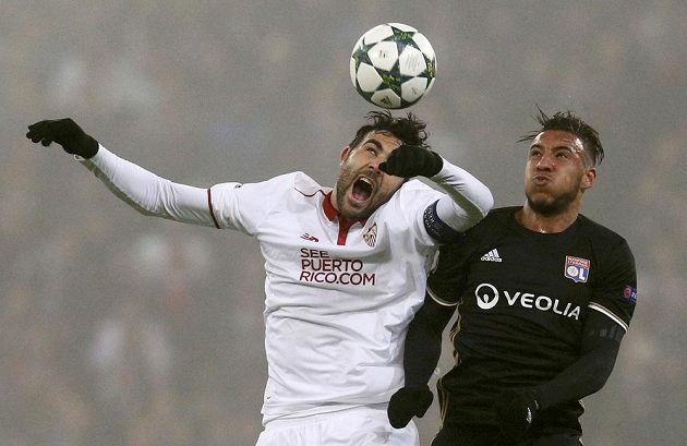 Sevillský fotbalista Vincento Lborra (vlevo) v souboji s Corentinem Tolissoem z Lyonu.